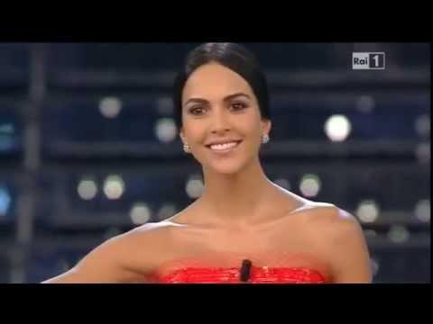 Sanremo 2015 - L'ingresso di Rocio Munoz Morales sul palco dell'Ariston - Prima serata 10/02/2015