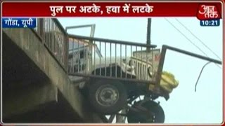 Road Accident in Gonda, Jeeps Hangs On The Edge