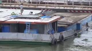 Thót tim cảnh tài công điều khiển sà lan qua cầu sắt Bình Lợi