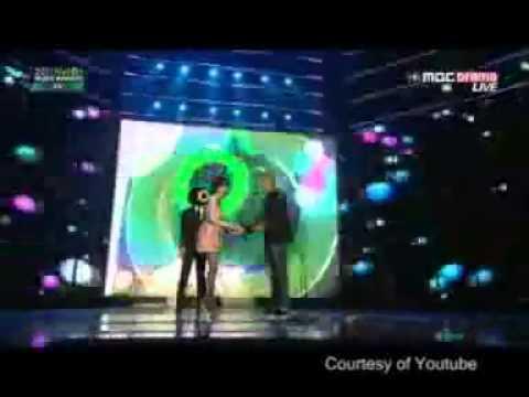Video Lawak Penyanyi Cantik Korea Jatuh di Atas Panggung