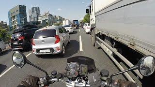 오토바이가 자동차 사이를 폭주하며 달려나가는 영상