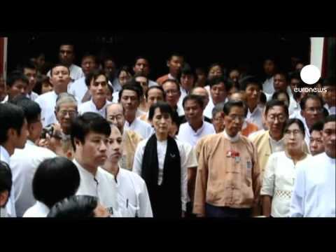 Birmânia: Suu Kyi homenageia o pai sob olhar atento do...
