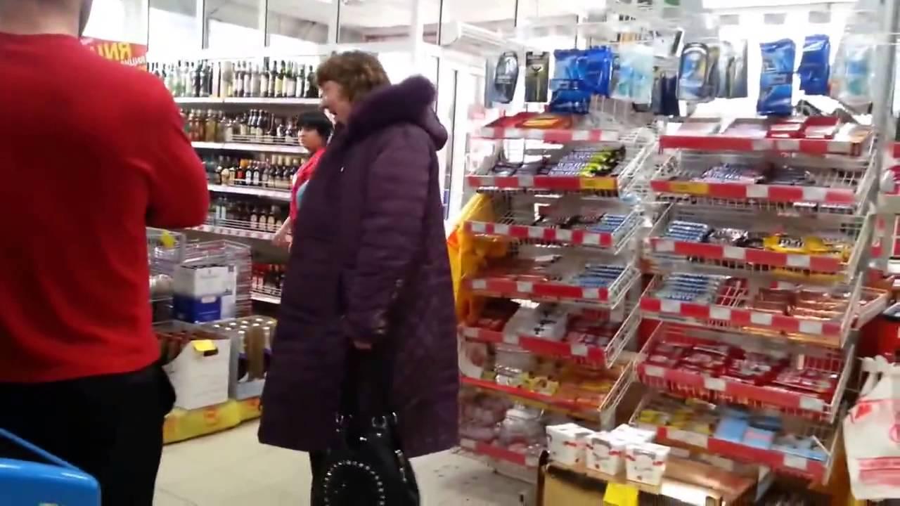 Сумасшедшая женщина-петух посетила АТБ в Херсоне