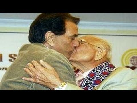 Dharmendra SHOCKING SMOOCH in PUBLIC - EXCLUSIVE