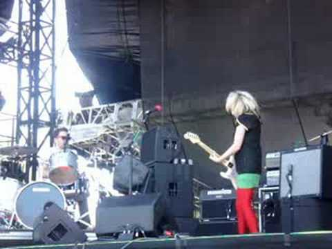 The Ting Tings- Shut Up And Let Me Go-live  Lollapalooza '08