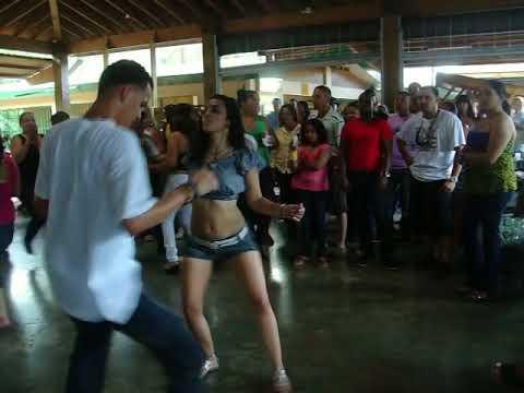 joselito e idanira bailando en guavate