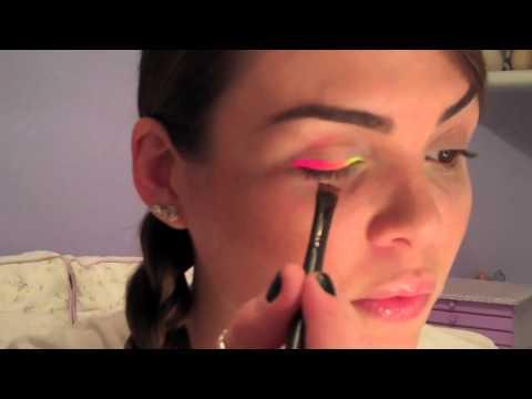 Make com K: maquiagem multicolorida neon