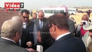 """محافظ القاهرة يطلب ورقة بيضاء لسيدة لتكتب """"طلب شقة"""""""