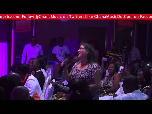 White lady is Samini's biggest fan @ Kwabena Kwabena Save A Life concert | GhanaMusic.com Video