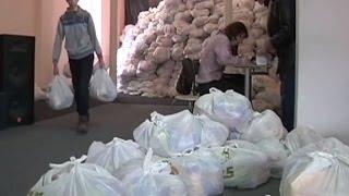 Переселенцы получают в Краматорске гуманитарную помощь штаба Рината Ахметова - (видео)