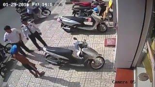 [Clip] Trộm xe SH ngay trước mặt bảo vệ ngân hàng