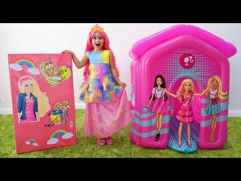 София играет с Куклой Барби и строит новый детский дом