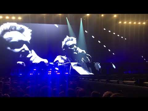 David Guetta Playing a (UNRELEASED) song for Avicii (Avicii tribute concert)