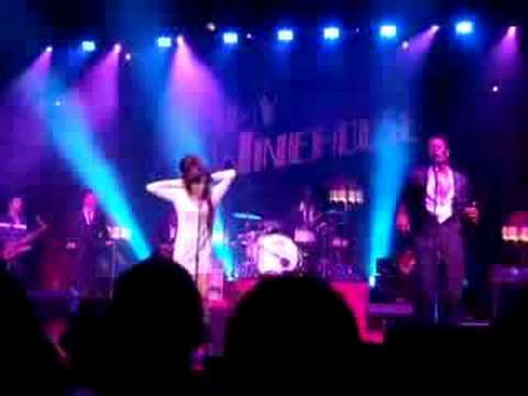 Amy winehouse drogandose en un concierto!