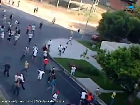 Turba de violentos opositores arremetieron contra vehículos y motorizados en Maracay