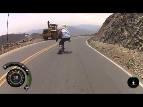 スケボーで一気に坂道を高速で滑り降りるダウンヒル映像