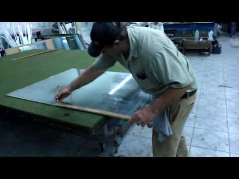 Marcos cortando vidro 6mm, ritmo frenético.