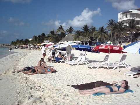 Caminando por la playa de isla Mujeres