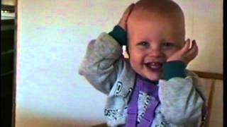 Baby Alex klapt eens in zijn handjes
