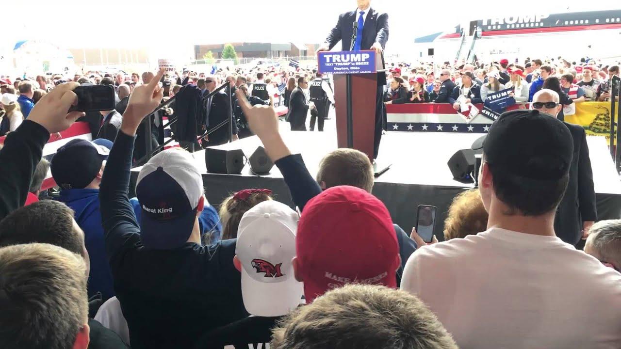 Pánik Trump beszéde közben: egy férfi fel akart rohanni a színpadra - videó