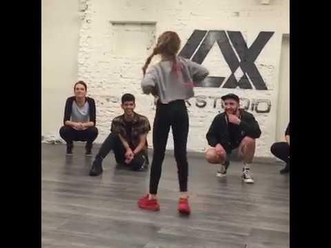 shape of you-mirad a esta niña bailando  Shape of you