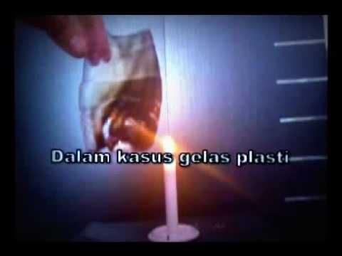 memanaskan air dalam gelas plastik