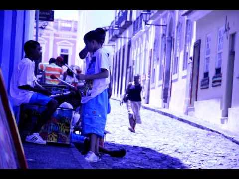Meninos bahianos fazendo musica na rua