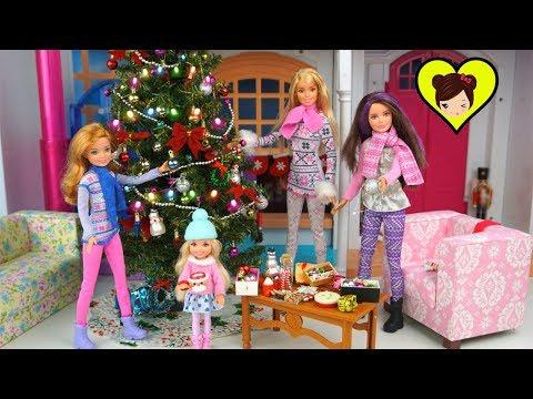 Barbie Decora su Arbolito de Navidad y Envuelve Los Regalos!