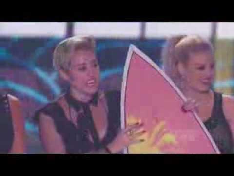 Miley Cyrus recibiendo sus premios en los Teen Choice Awards 2013