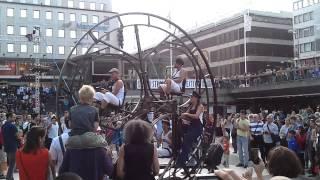 Chuyen la - Ban nhạc trên bánh xe đầy ấn tưởng ở lễ hội Stockholm