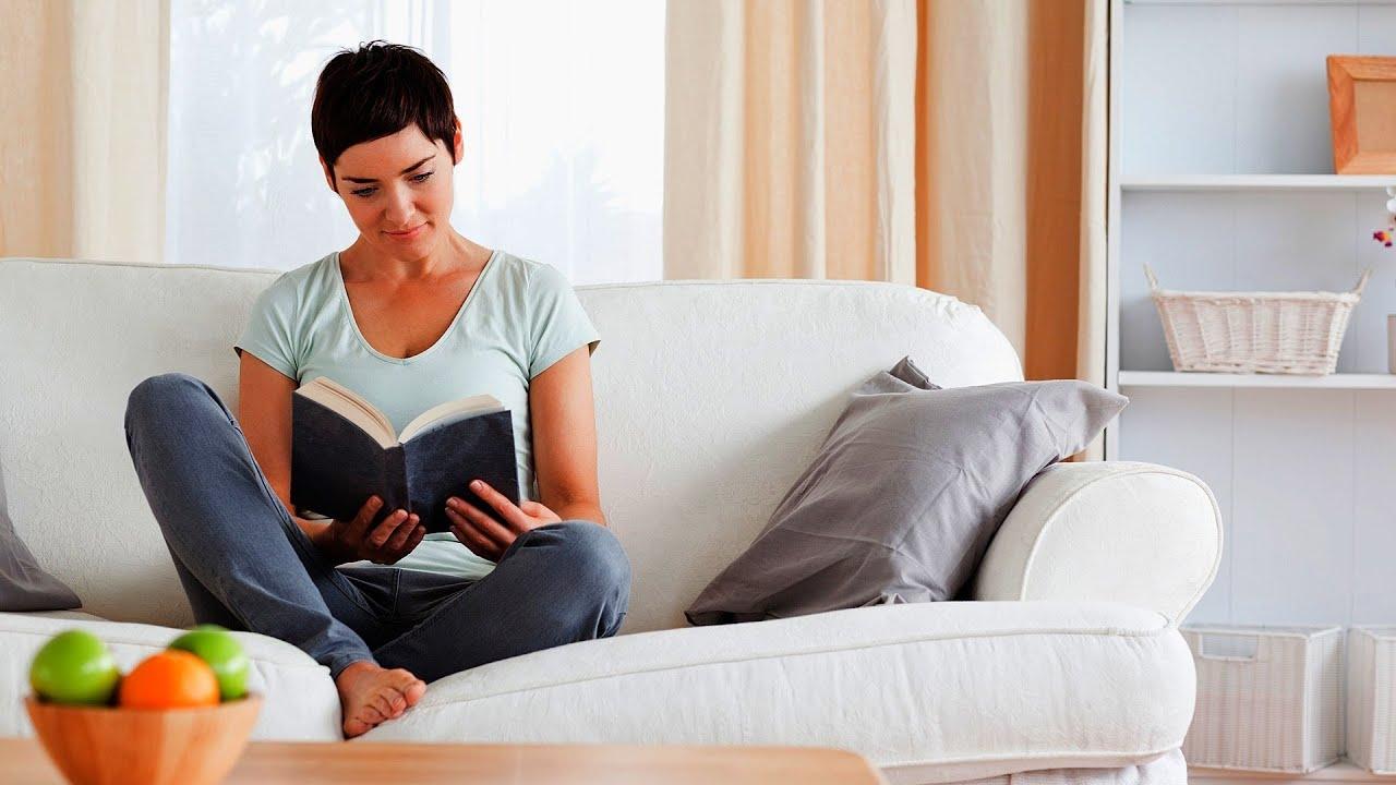 Сидя дома на диване для взрослых 3 фотография