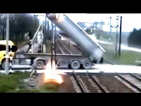 Грузовик зацепил контактную сеть железной дороги