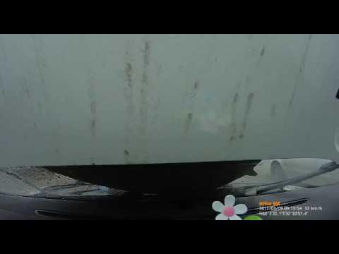Прилетела крышка люка в машину на Суздальском. Мат!