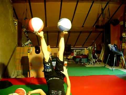 Нереальне жонглювання 5 мячами.flv