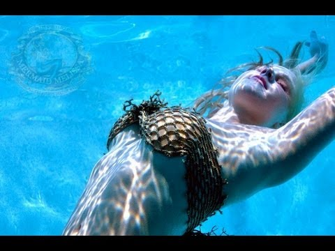 female diving stunt model and underwater performer kiss