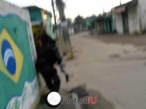Veja imagens completa de flagrante de traficantes em fuga  na comunidade do Rola no Rio.