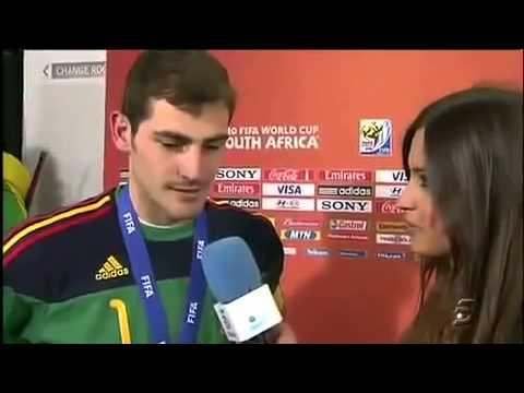 Iker Casillas to kiss the Spanish broadcaster Sarah Karbanero