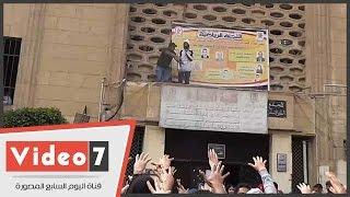 طلاب الإخوان بجامعة القاهرة يصعدون فوق أحد مبانى كلية التجارة