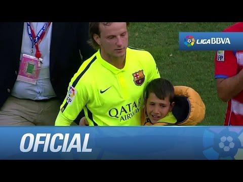 Rakitic abrazando a un niño aficionado del FC Barcelona