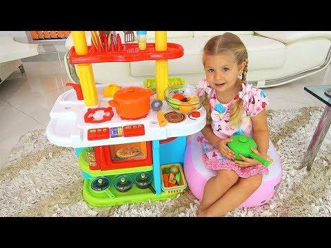 डायना और रोमा टॉय किचन से खेलते हैं