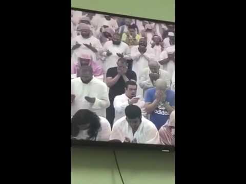 بالفيديو.. ردة فعل عفوية من شاب مصاب بـ  متلازمة داون  تجاه مصلي يبكي تأثراً بالدعاء