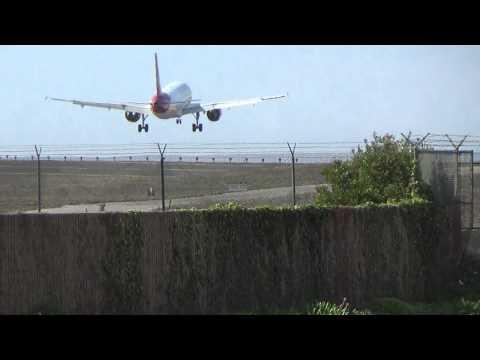 Virgin America Airbus A320-214 (N835VA) Landing in Los Angeles International Airport.