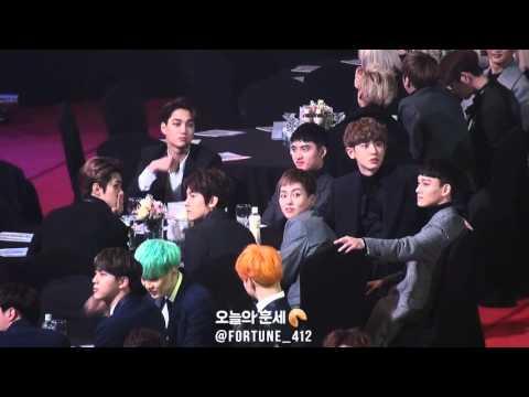 160114 서울가요대상 EXO, 엑소엘들 어디 앉았나~ 하고 팬석 쳐다봐주는 엑소♡ 종인이는 마지막에 시크한 손인사도!