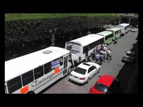 Se manifiestan transportistas en Celaya, rechazan que se privatice el transporte público.