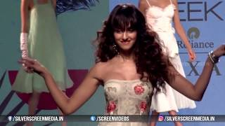 Disha Patani Oops Moment At Walk On Ramp For Label Ritu Kumar At LFW 2017