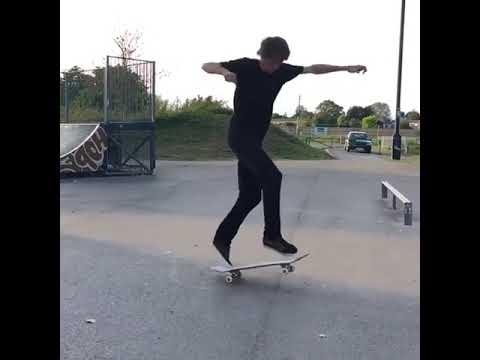 Just keep spinning 🎩 @ellisfrost 🎥: @mattluscombe96   Shralpin Skateboarding