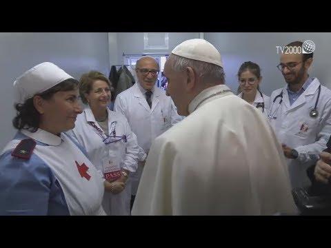 Papa Francesco visita a sorpresa il presidio sanitario in piazza San Pietro