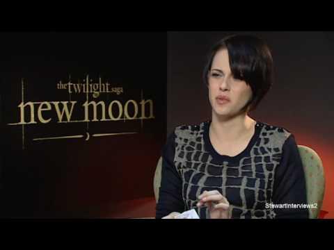 kristen stewart and robert pattinson new moon kiss. Will Kristen Stewart kiss