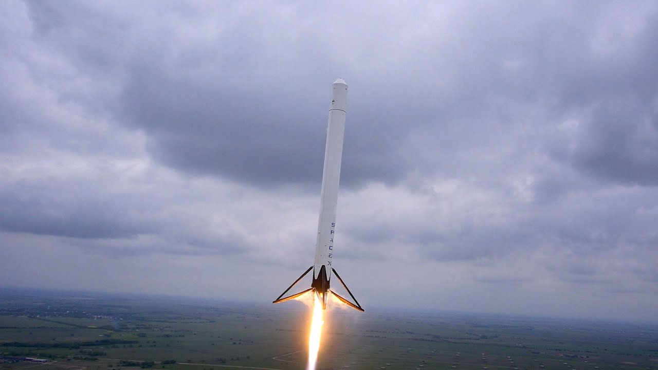 the spacex rocket taking off