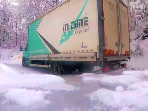 Большой почтовый грузовик дрифтит на серпантине